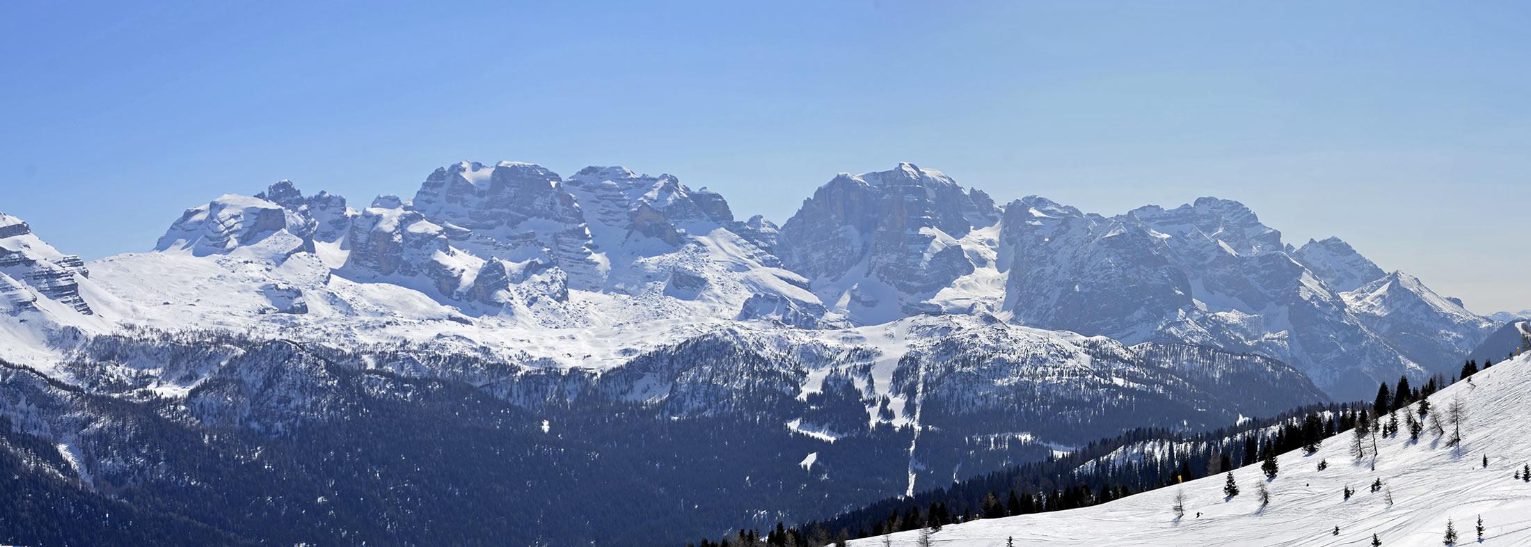 Foto panoramica delle montagne innevate